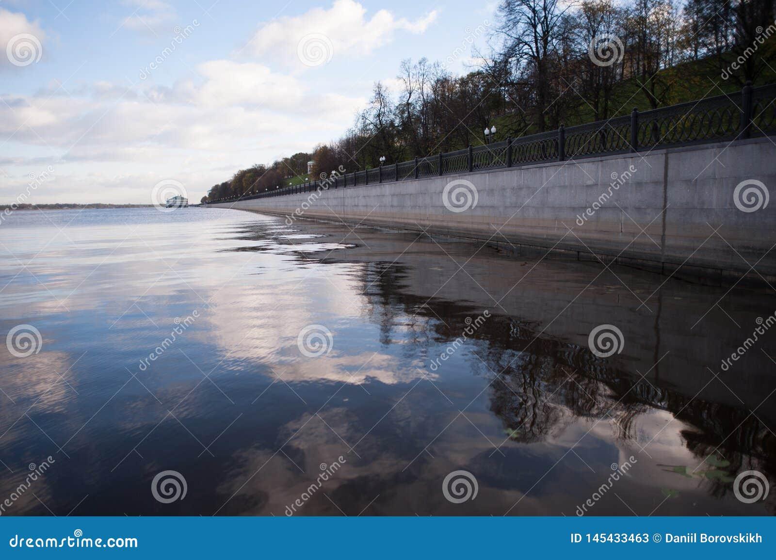 Himmelreflexion i vatten