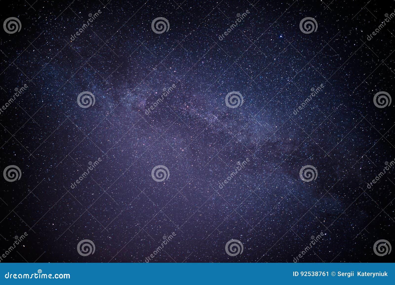 Himmelviel der dunklen Nacht von Sternen mit