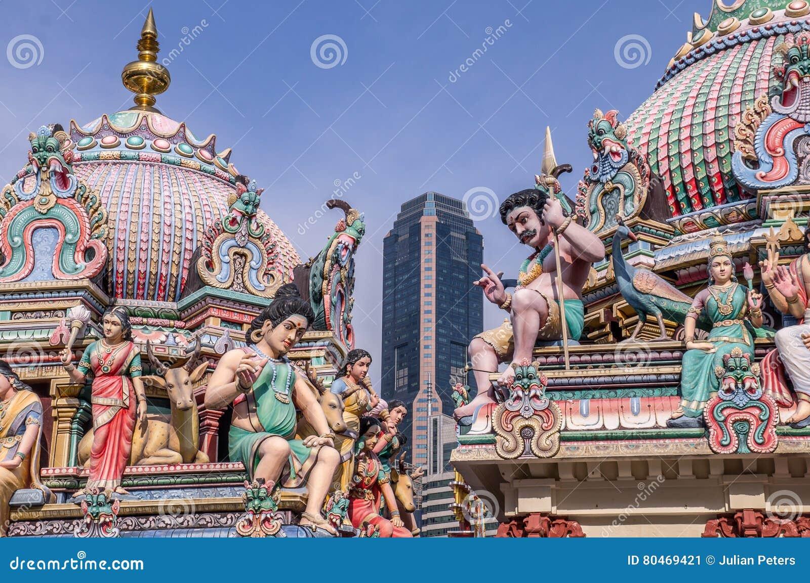 Hindischer Tempel in Singapur mit Wolkenkratzer