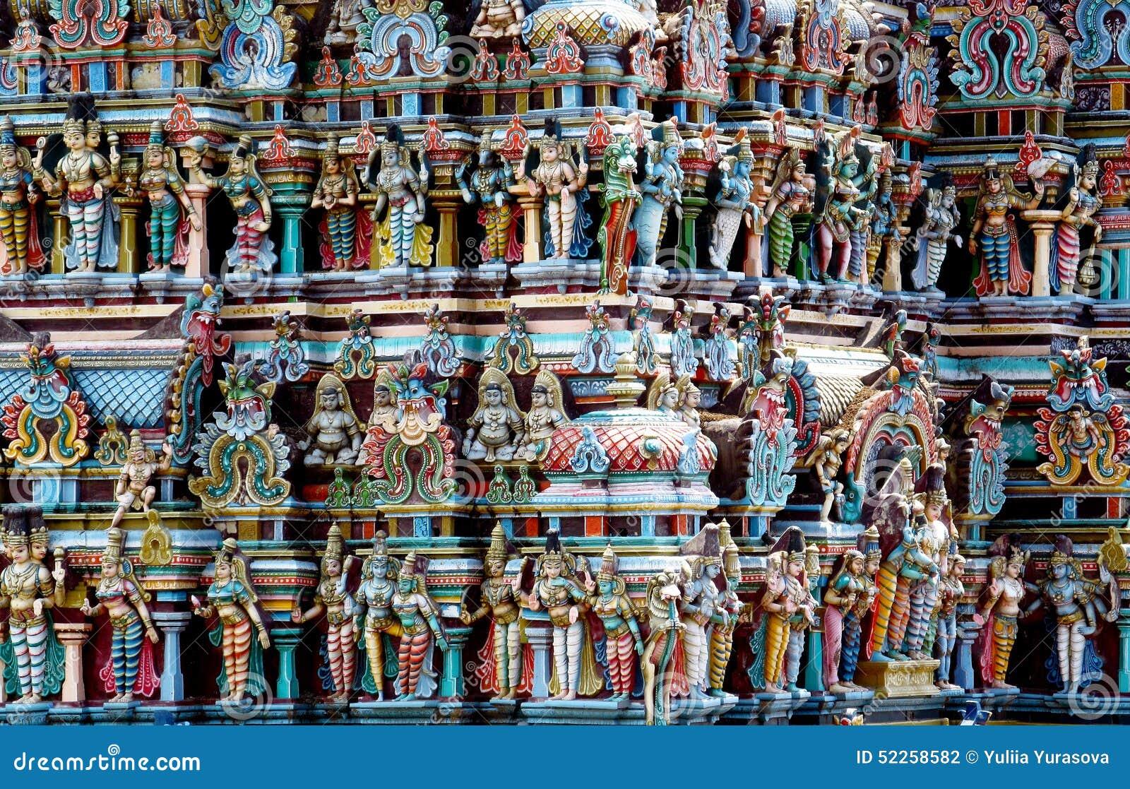 Hinduiska färgrika gudstatyer på en gopuram i Indien