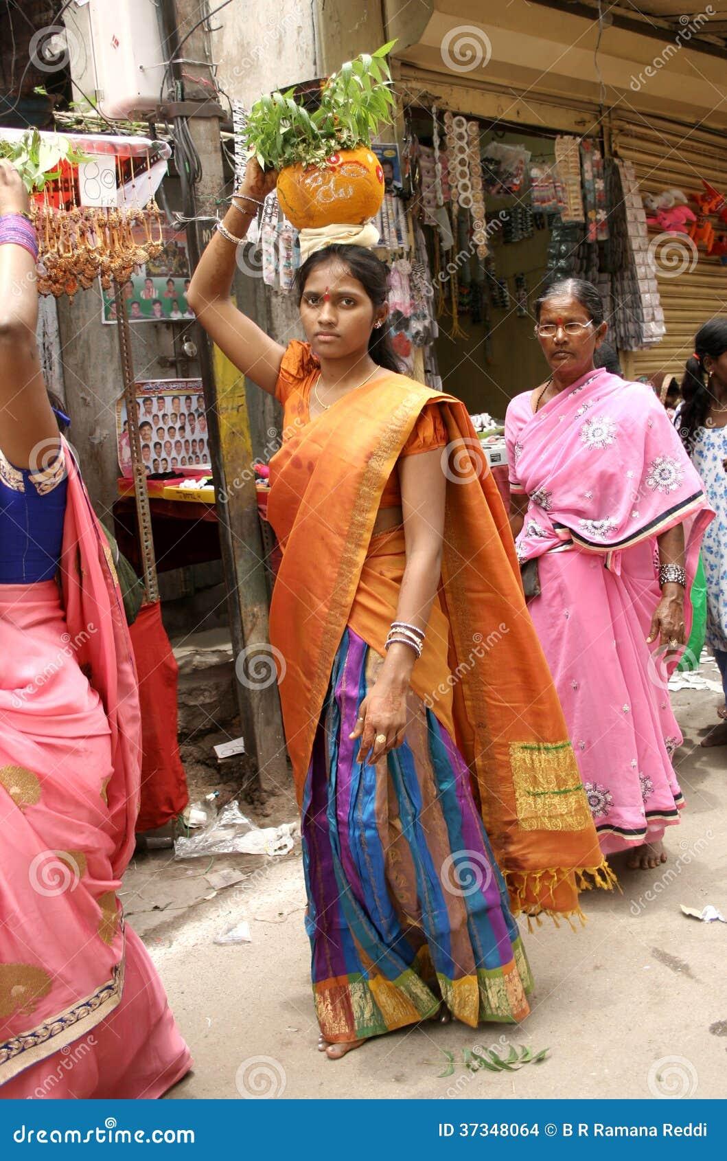 Hinduiska fantaster bär Bonamen till mahankalitemplet