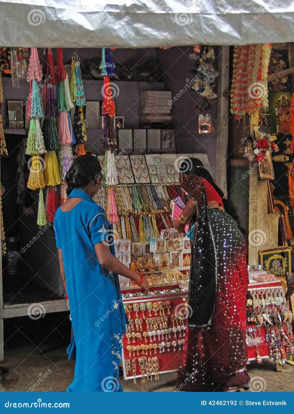 Hinduistische Frauen stöbern den Markt durch
