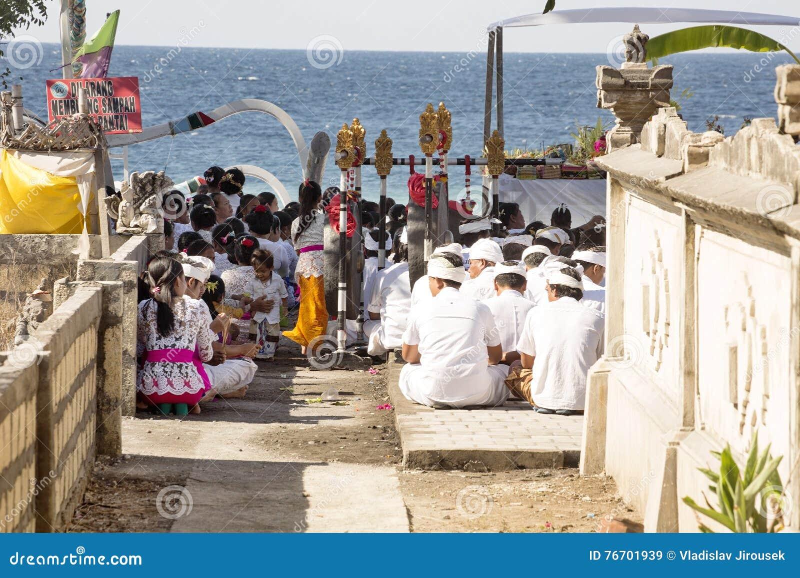 Hindus i böner, - Nusa Penida, Indonesien
