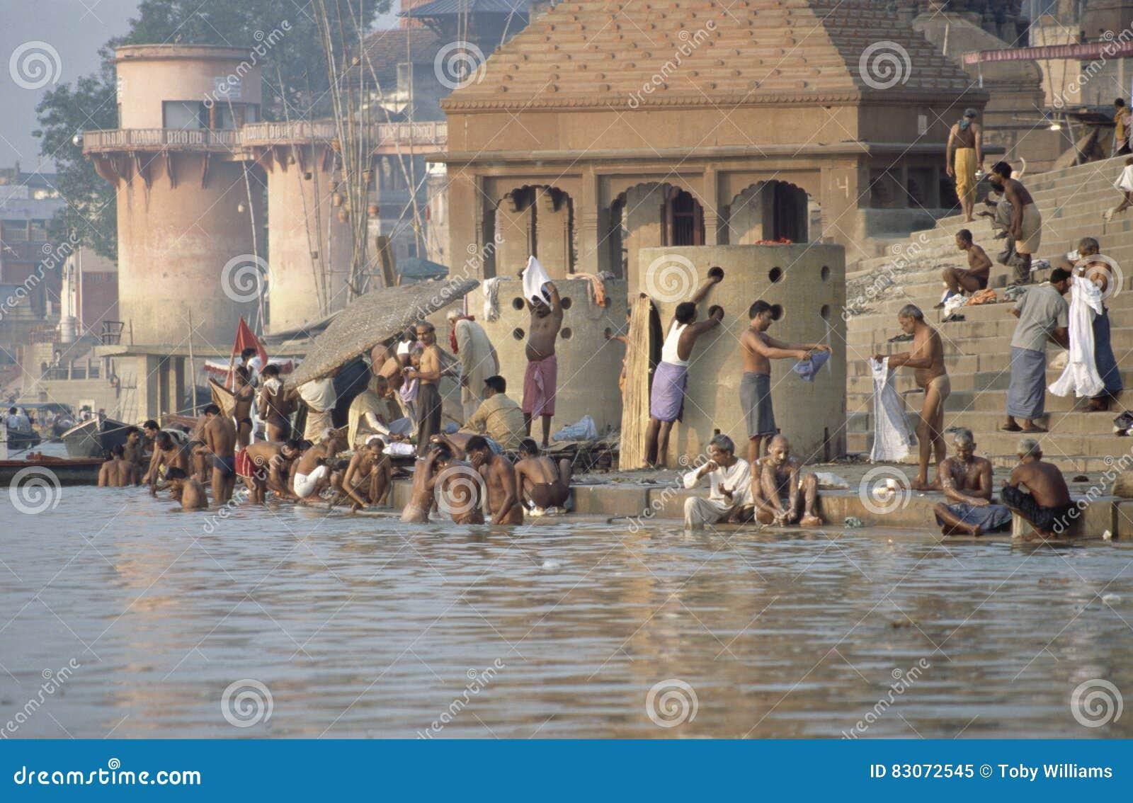 Hindus op banken van de Rivier van Ganges, Varanasi, India
