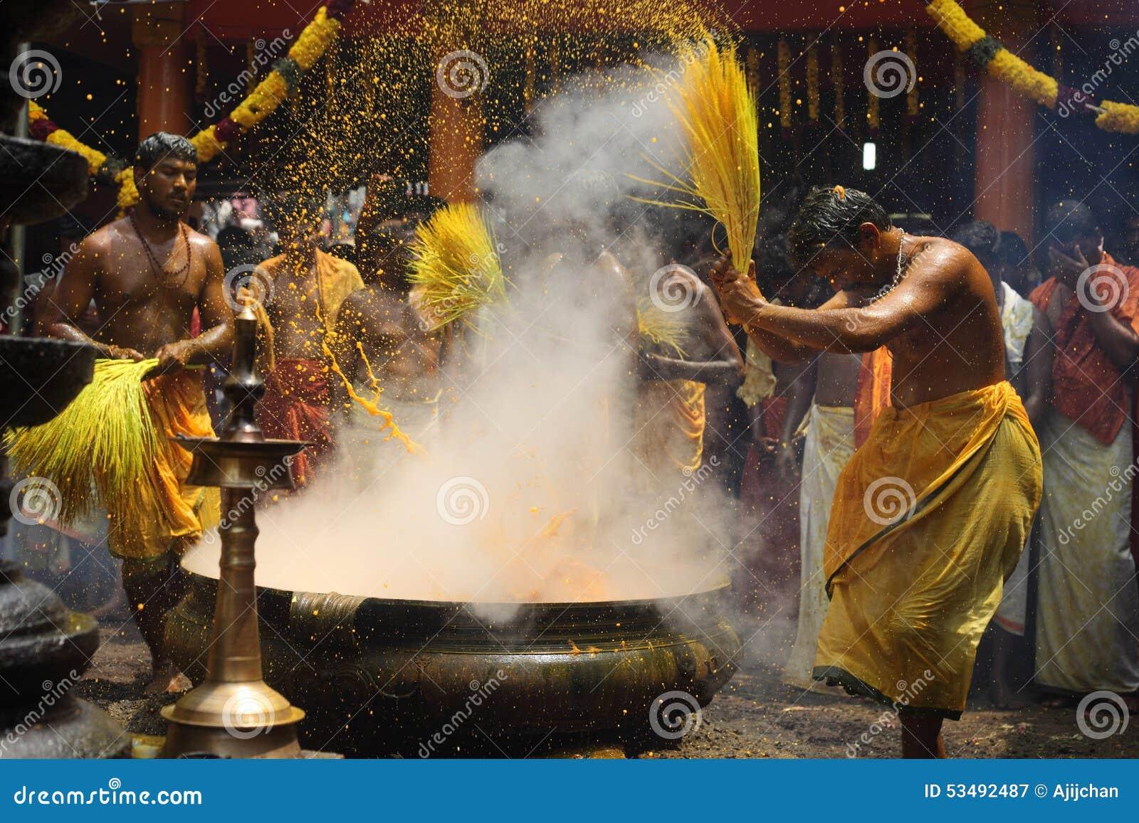Hinduskie dewotki wykonują turmeric kąpania rytuał podczas rocznego festiwalu trzymającego przy Amman świątynią