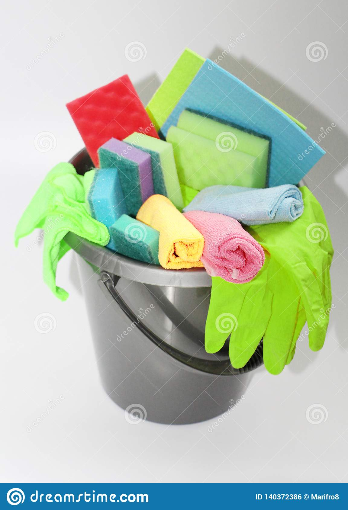 Hink med hjälpmedel för att göra ren en lägenhet eller ett kontor Inget i fotoet