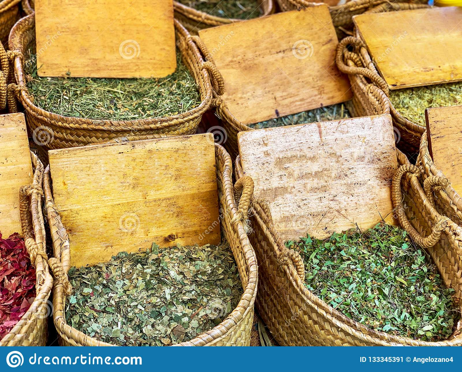 Hinkar med variation av kryddor och medicinska örter