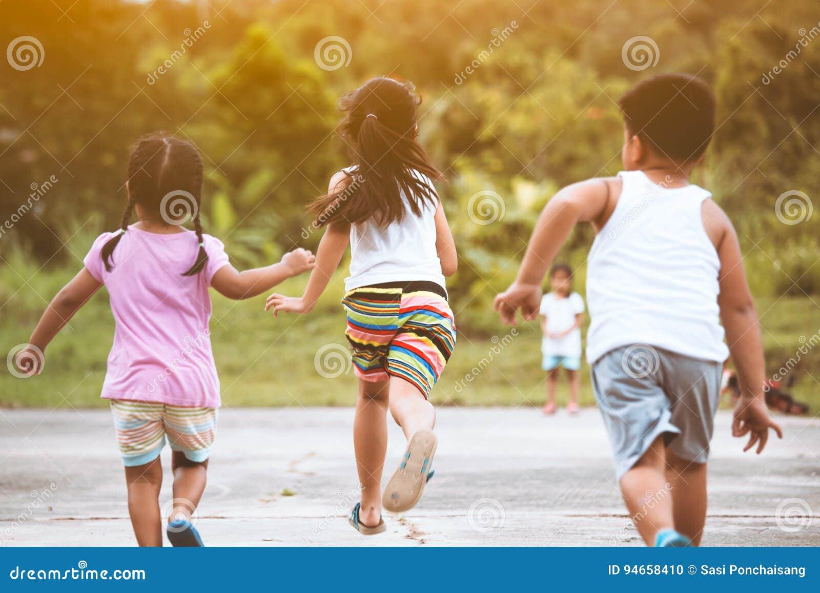Hintere Ansicht Von Den Asiatischen Kindern, Die Den Spaß, Zum ...