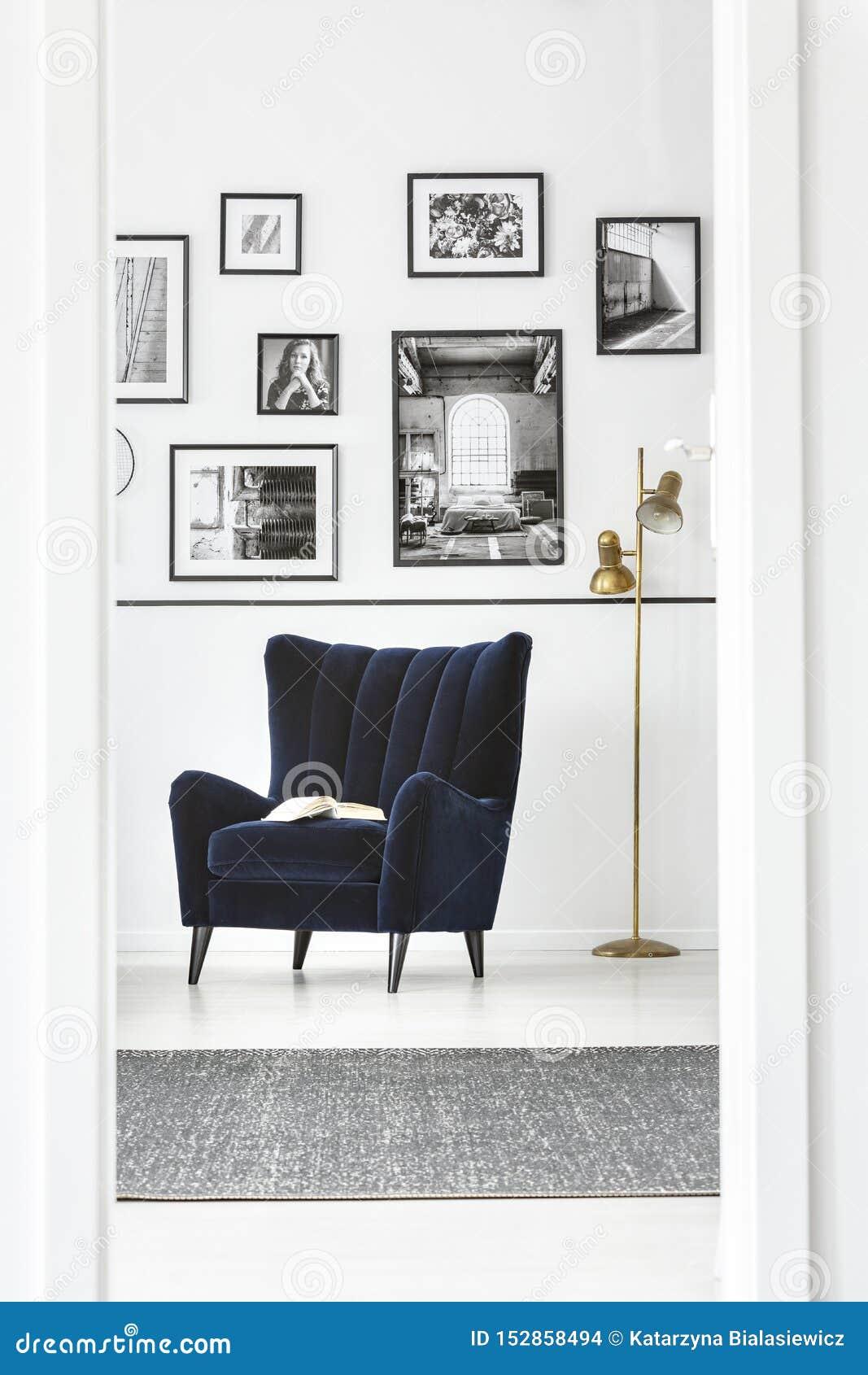 Hinterer Stuhl des modischen Flügels im fantastischen Schlafzimmerinnenraum mit eleganten Möbeln