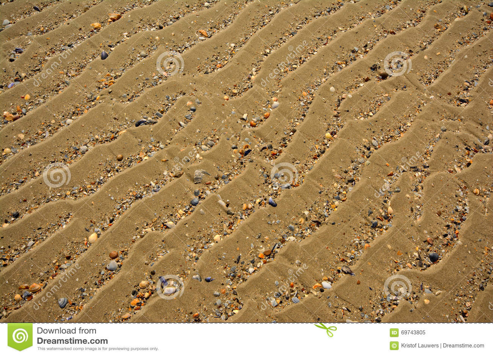 Hintergrund des gewellten Sandes mit defekten Oberteilen, diagonaler Winkel