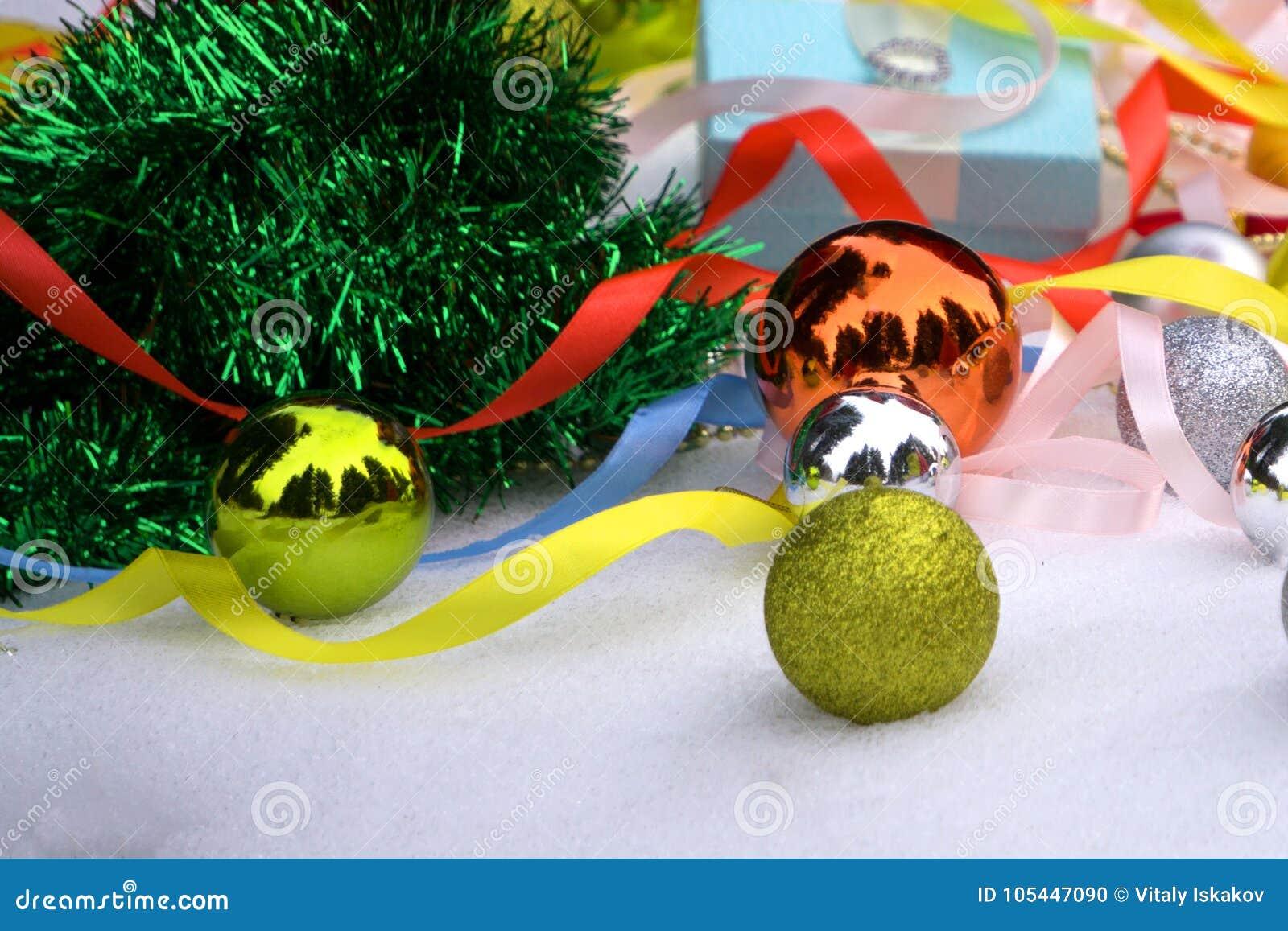Hintergrund des neuen Jahres mit einem Weihnachtsbaum mit Blau und Silberbälle und -lametta