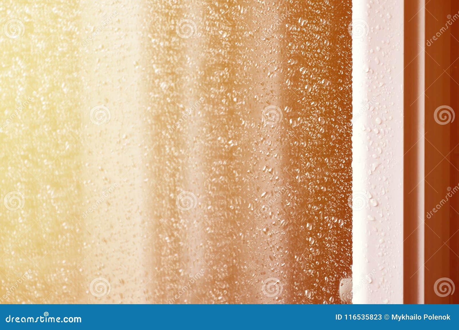 Hintergrund des Regens fällt auf ein Glasfenster Makrofoto mit flacher Schärfentiefe Getontes pictur