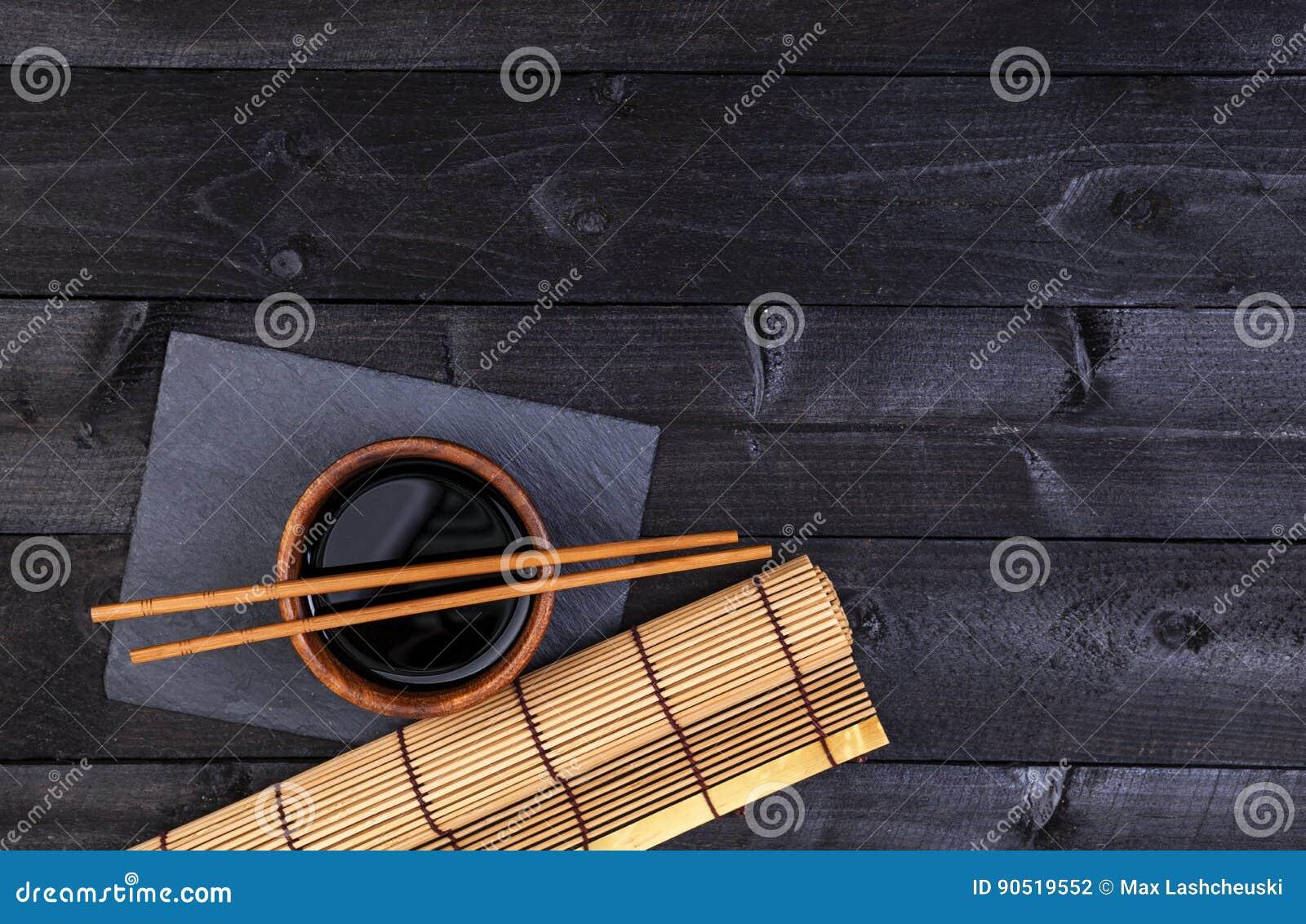 Hintergrund Fur Sushi Bambusmatte Und Sojasosse Auf Schwarzem