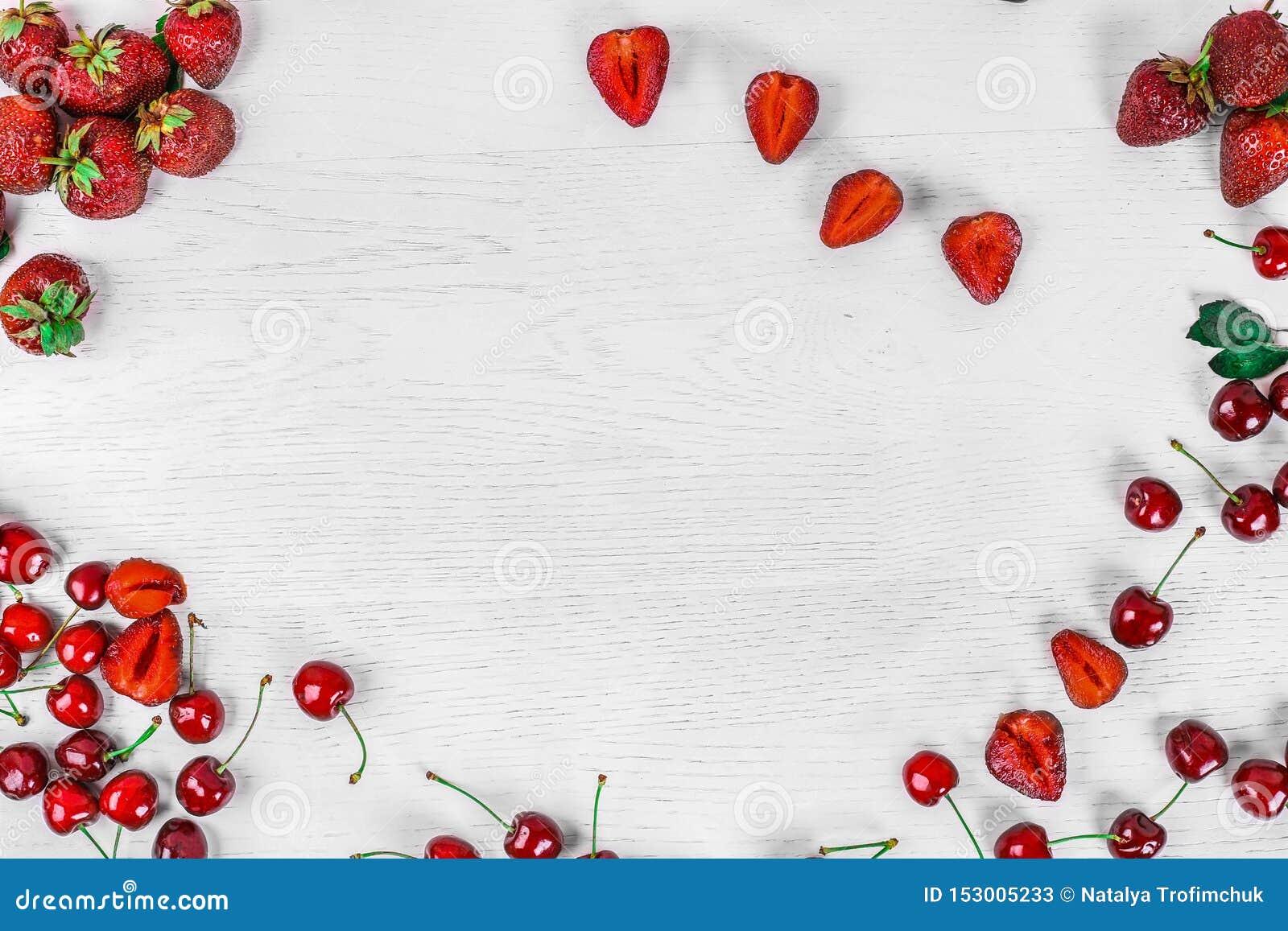 Hintergrund f?r Text Draufsicht von Erdbeeren und von Kirschen Sommerlebensmittel