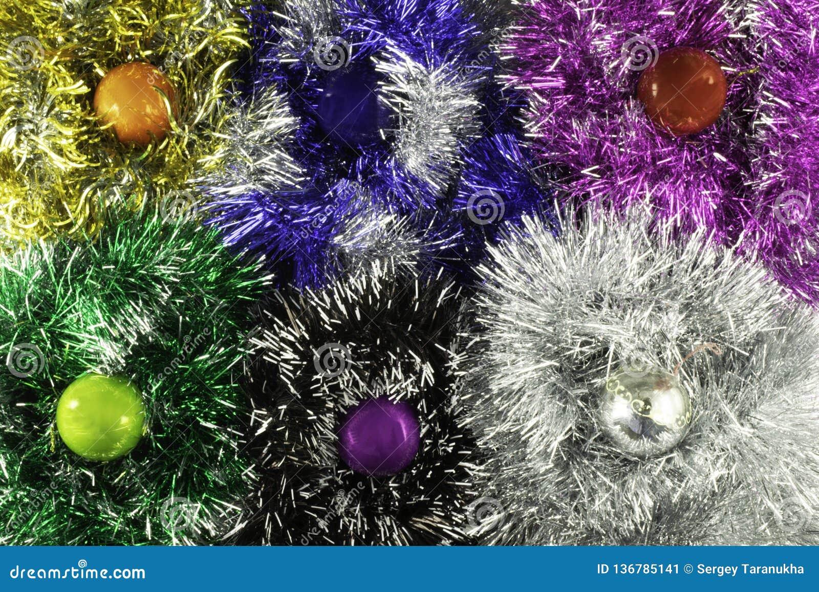 Hintergrund gemacht von den Weihnachtsbällen und -lametta