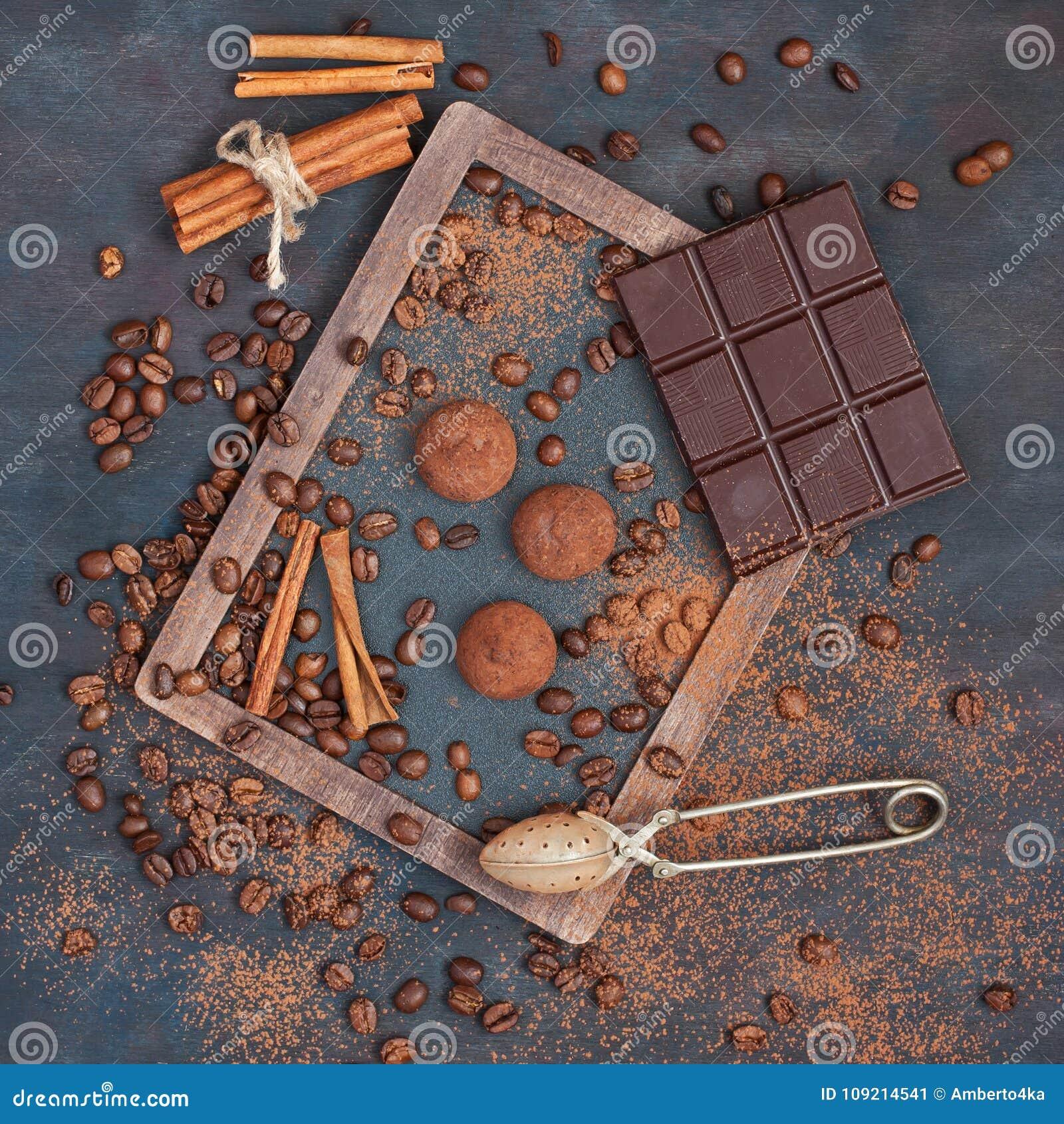 Hintergrund mit Schokolade, Kaffee und Trüffeln