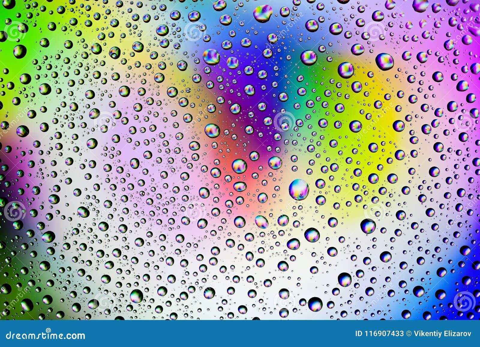 Hintergrund von Tröpfchen auf dem Glas und mehrfarbigen den Farbenanschlägen