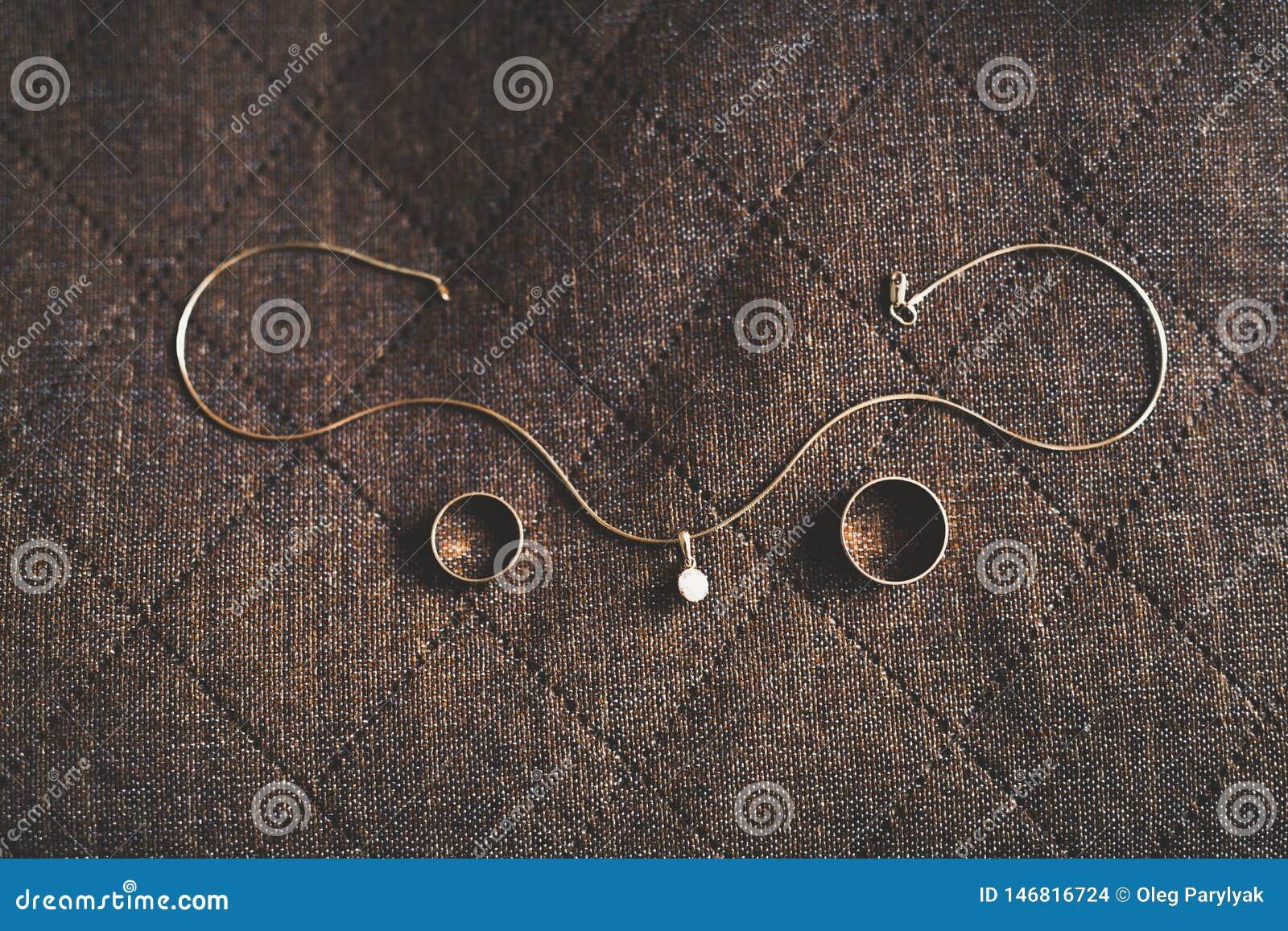 Hintergrundkonzept mit zwei goldenes Eheringen