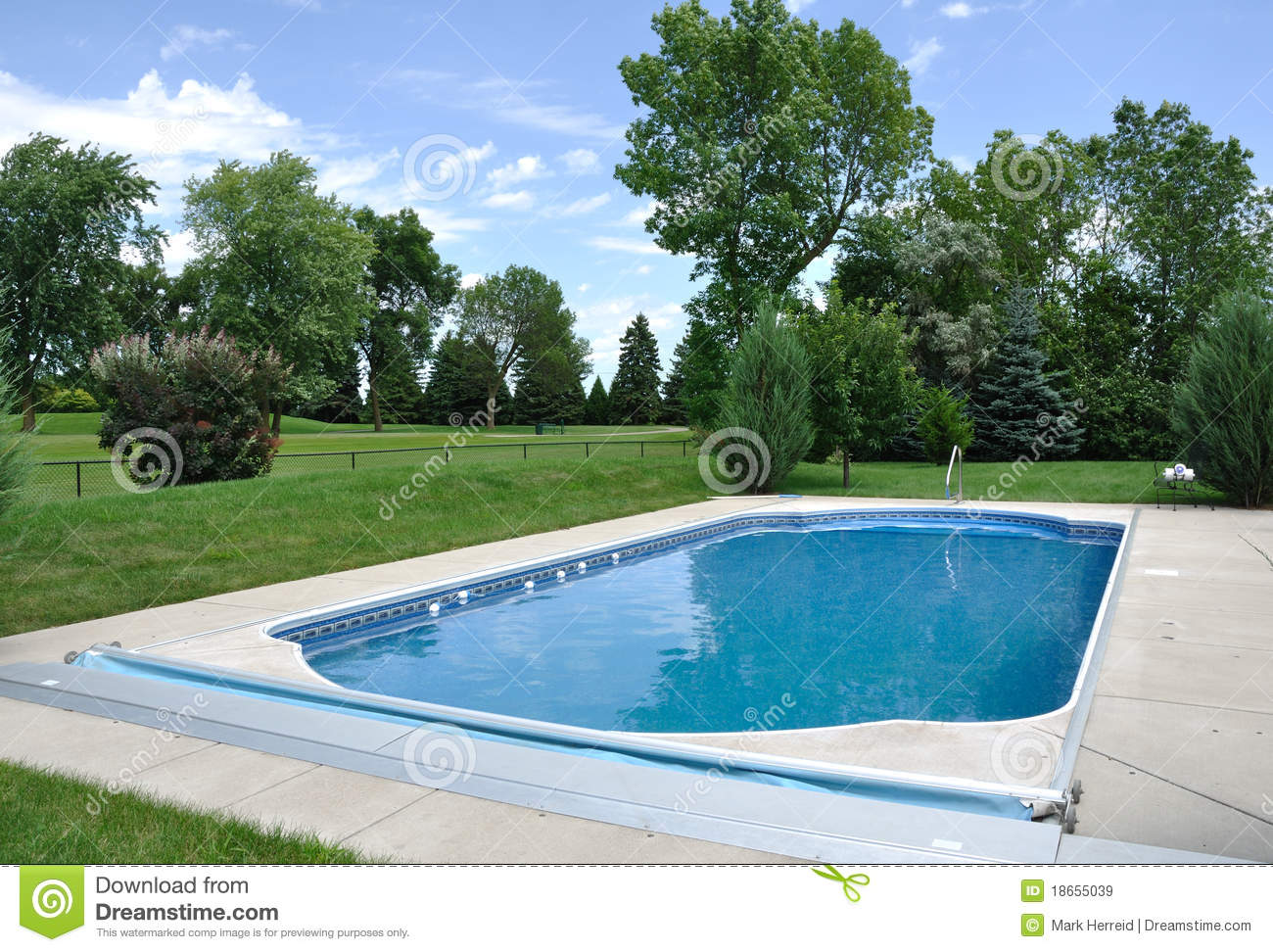 Hinterhof in boden swimmingpool stockbild bild von for Pool im boden