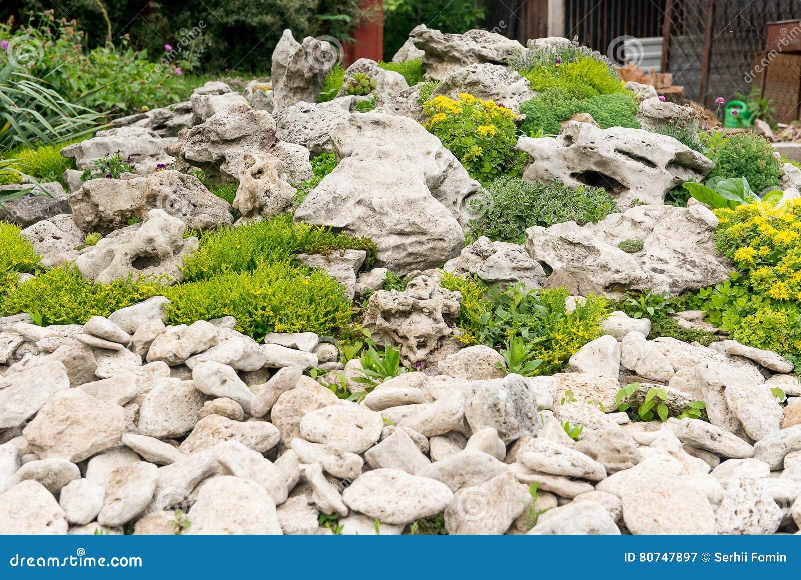 hinterhof mit der fantastischen landschaftsgestaltung patio zaun und hochbeet trockenfeste. Black Bedroom Furniture Sets. Home Design Ideas