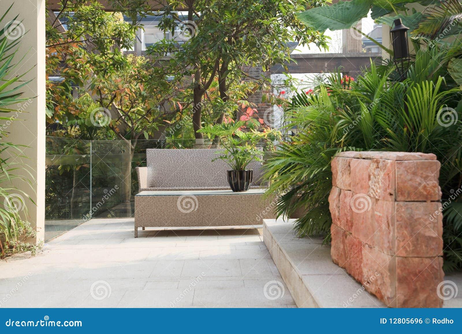 hinterhof patio im garten stockfoto bild von botanik 12805696. Black Bedroom Furniture Sets. Home Design Ideas