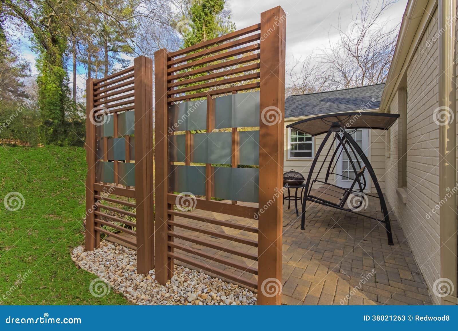 Hinterhof Patio Mit Diy Privatleben Zaun Stockbild Bild