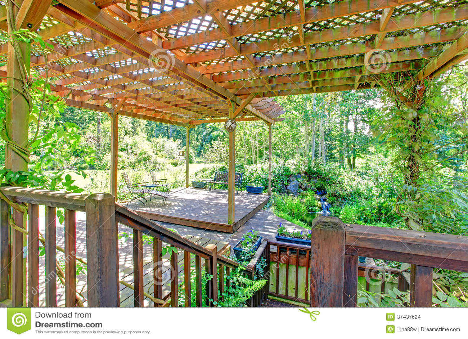 Hinterhofbauernhofplattform mit befestigter offener pergola