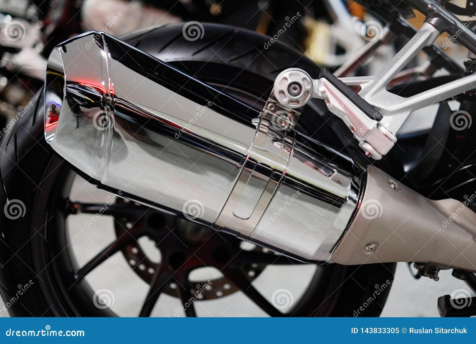 Hinterrad eines Chromstahl-Auspuffrohres des Motorrades einzelnen