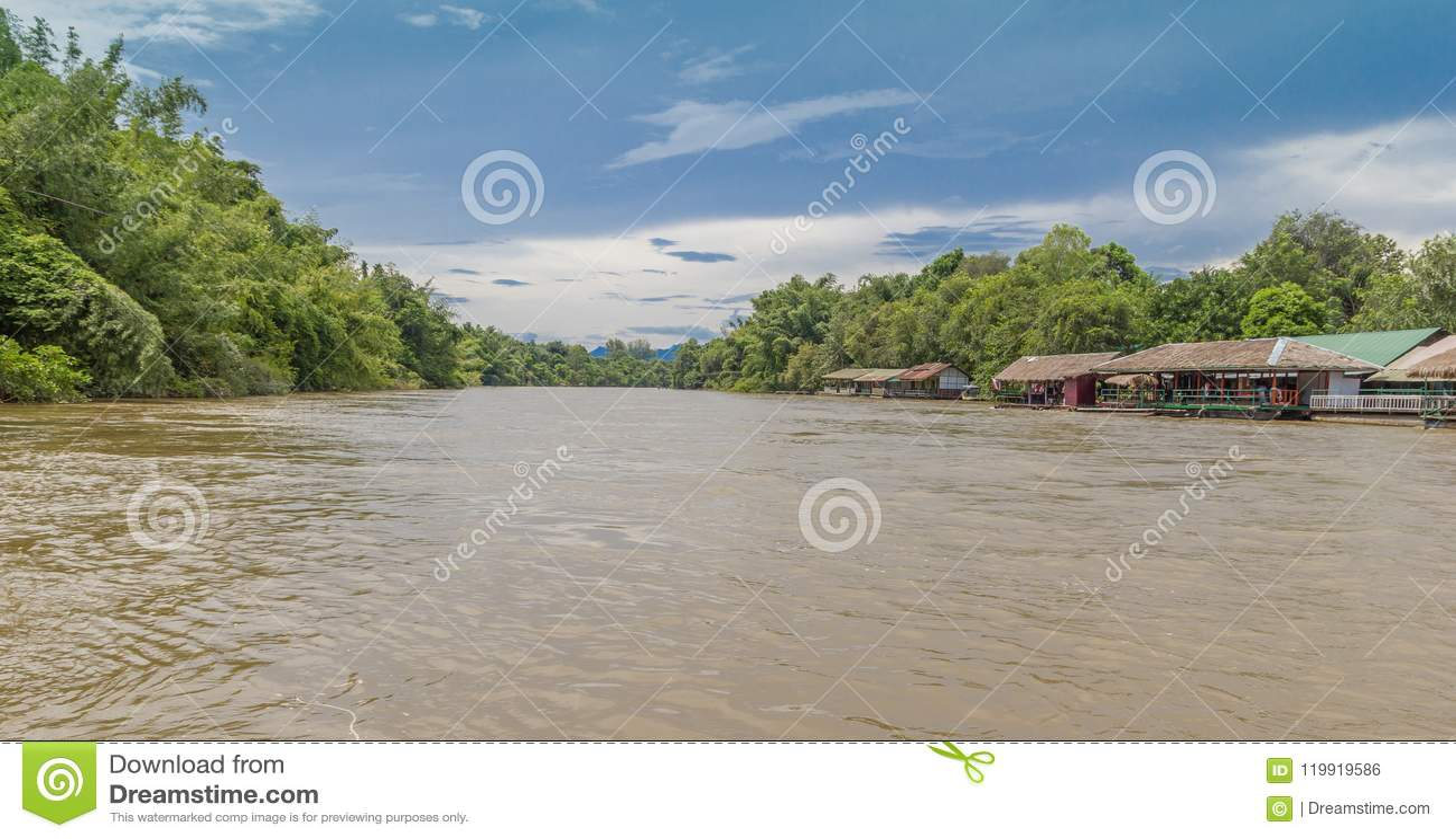 Hinunter den Fluss in Thailand