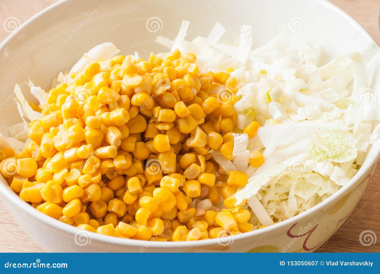 Hinzufügen des in Büchsen konservierten Mais Weißkohlsalat