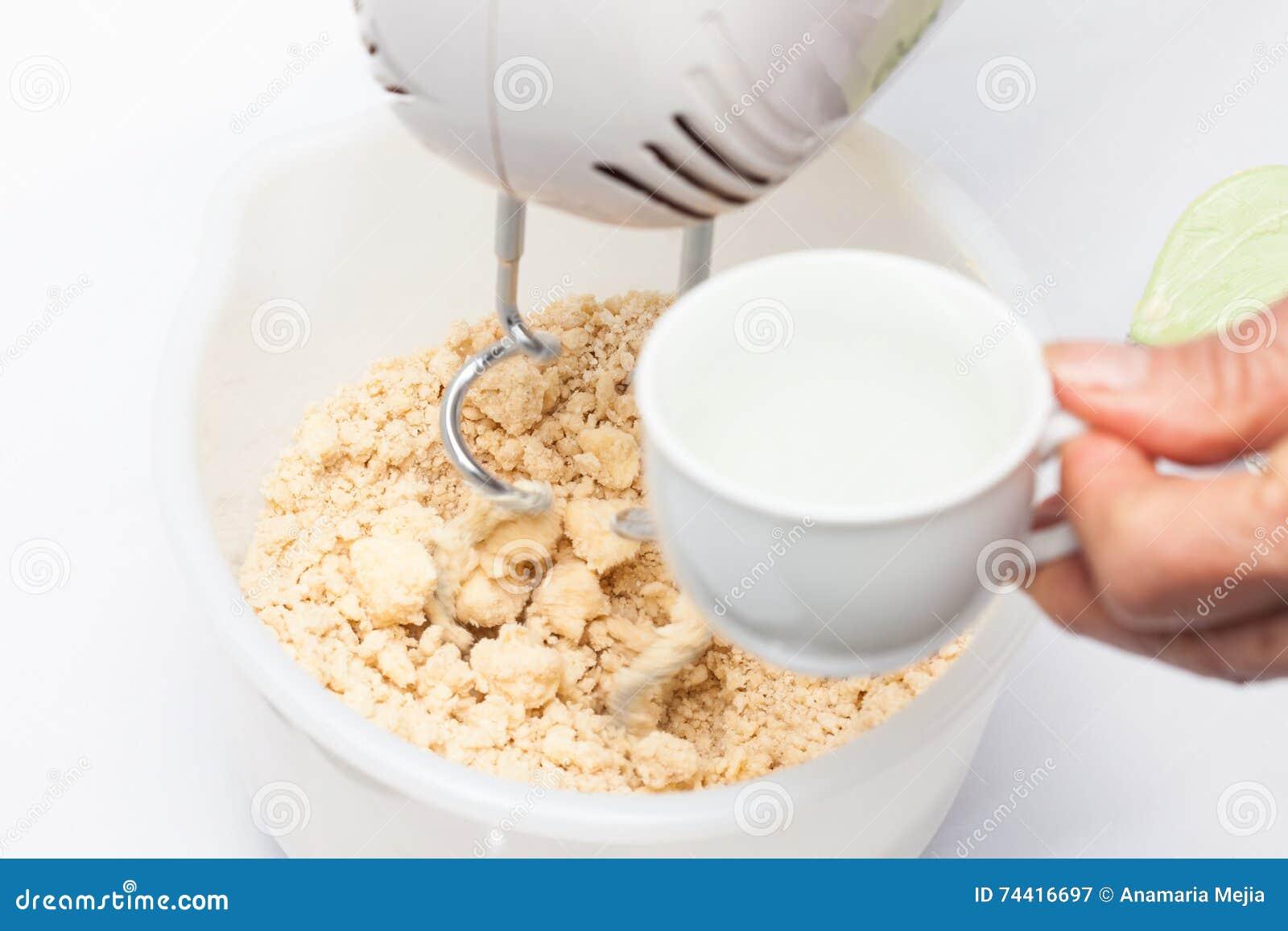 Hinzufügen Des Wassers Mit Zitrone Dem Quiche Lorraine Teig