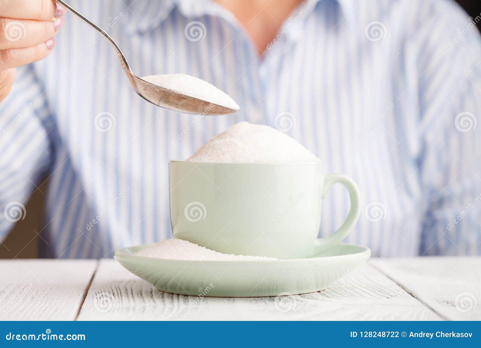 Hinzufügen vielem Zucker mit einem Löffel