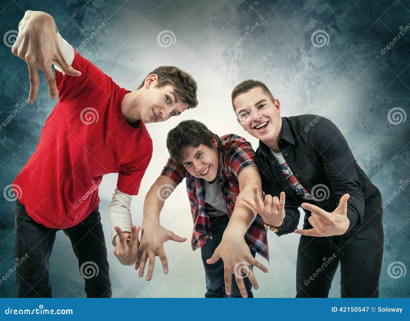 三个年轻人的夜场人生_三乐趣hip hop姿势的年轻人