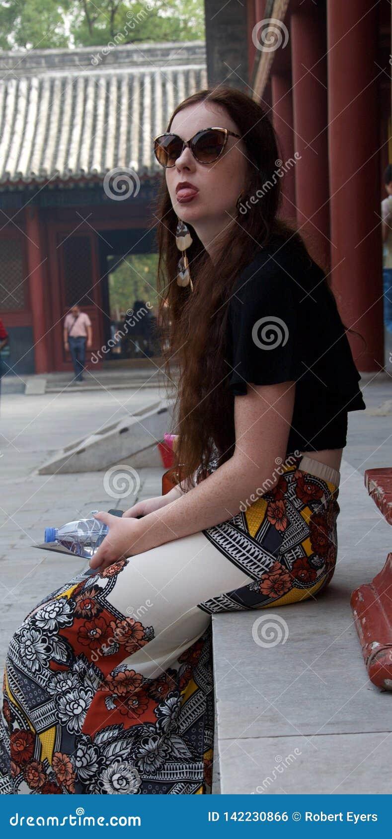 Hipisa klejenia żeński turystyczny jęzor przy za kamerze