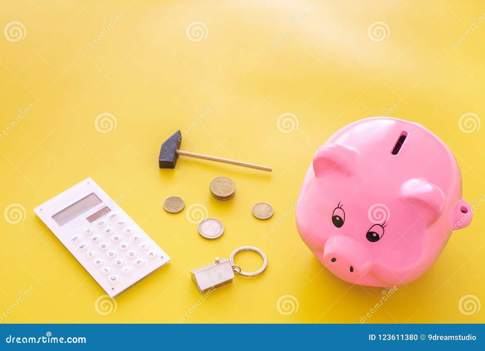 Hipoteca Ahorros para la casa de la compra Moneybox en la forma del cerdo cerca del llavero en la forma del coche, monedas, calcu