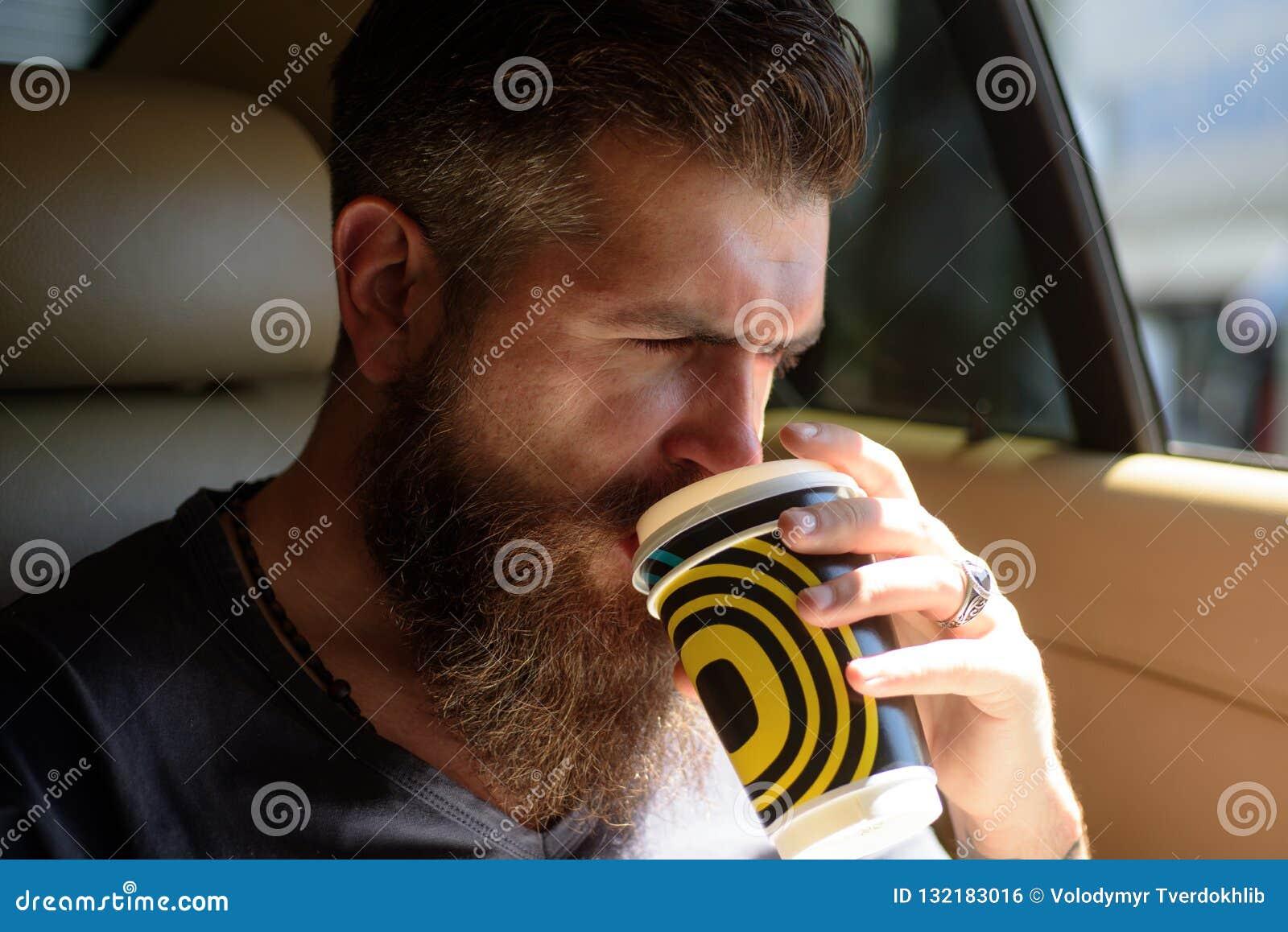 Hippie caucasien brutal avec la moustache Homme barbu Soin masculin de coiffeur Hippie mûr avec la barbe Café bonjour