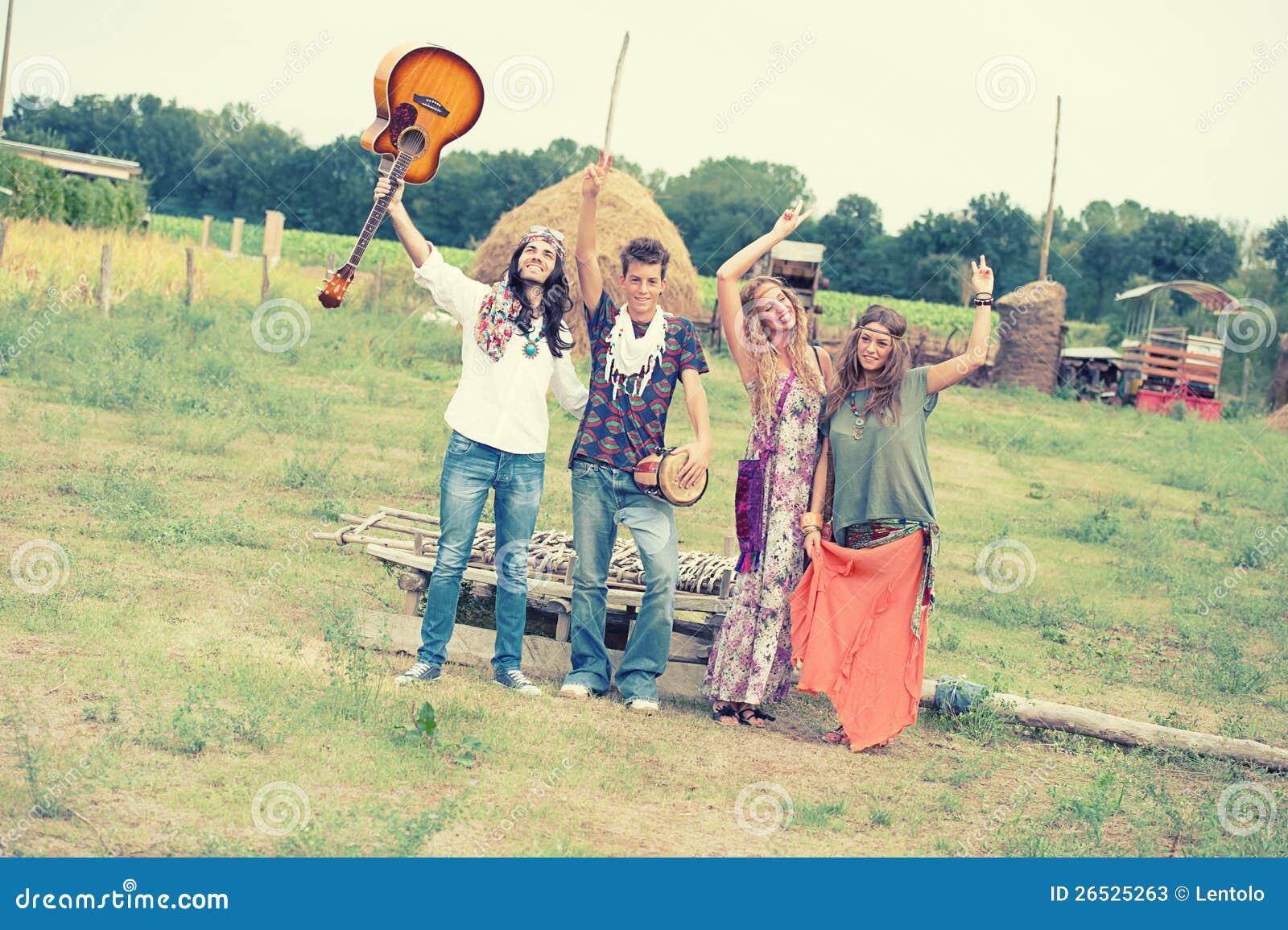 Hippie-Gruppen-Tanzen in der Landschaft