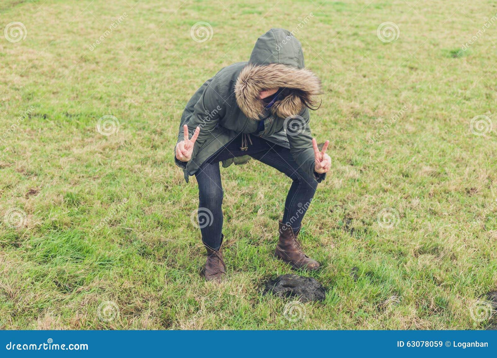 Download Hippie Idiot Posant Avec Le Poo Image stock - Image du vacances, campagne: 63078059