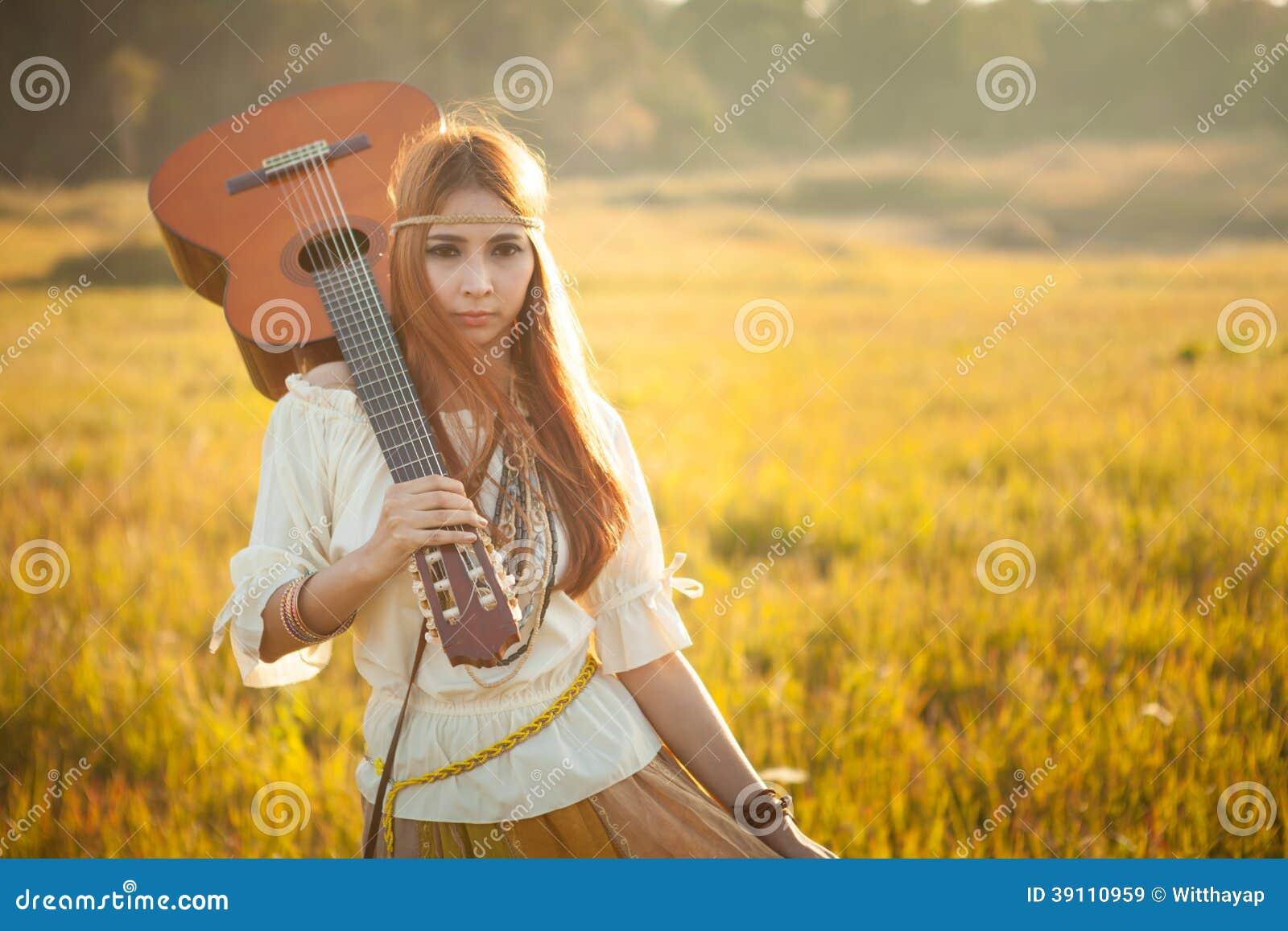 Hippievrouw die op gouden gebied lopen