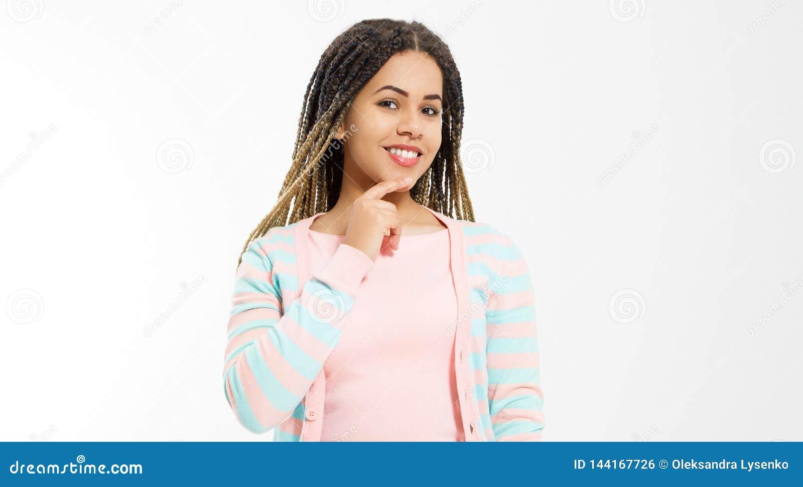 Κορίτσι αφροαμερικάνων στα ενδύματα μόδας που απομονώνεται στο άσπρο υπόβαθρο Γυναίκα hipster με το ύφος τρίχας afro r