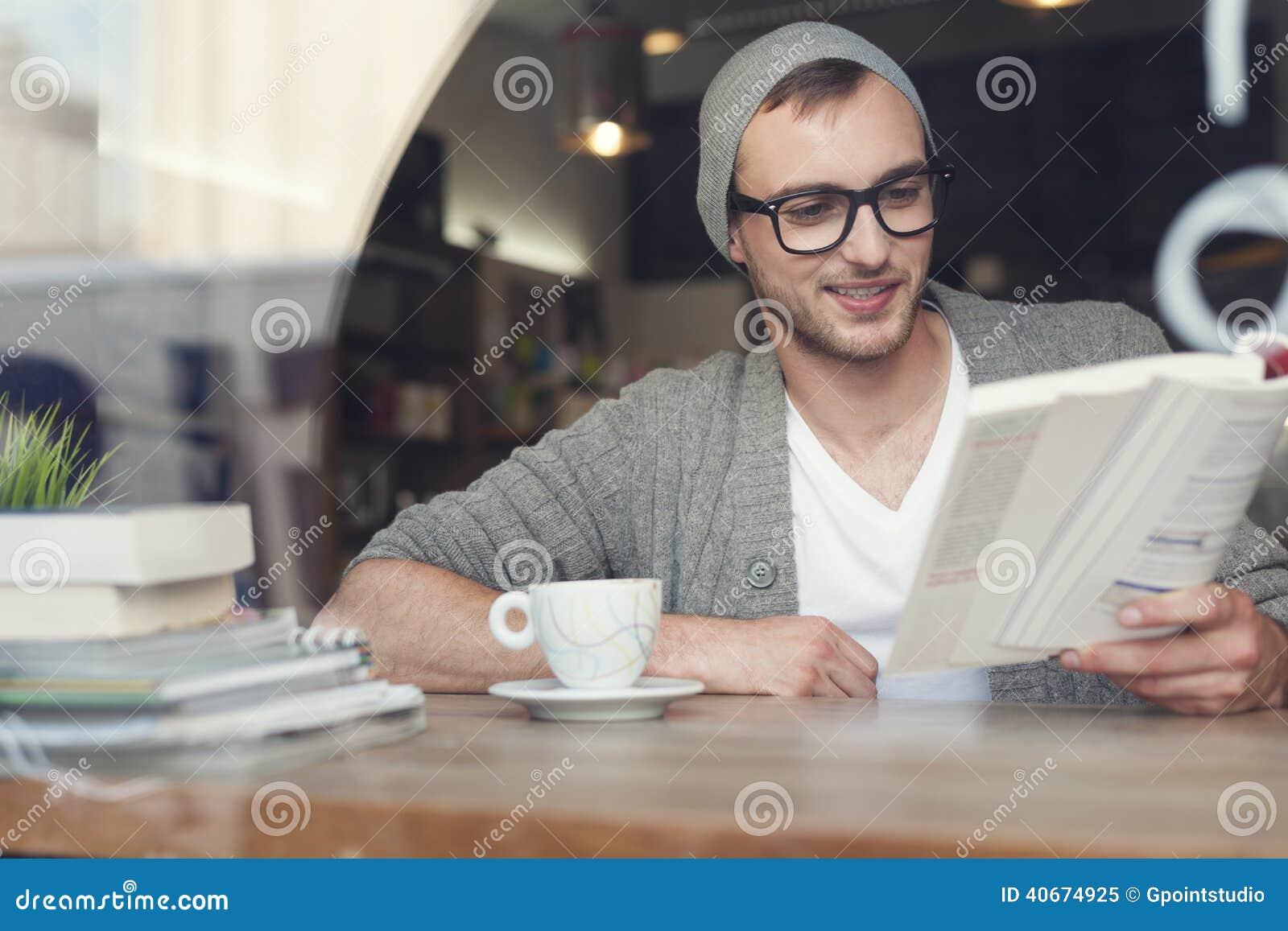 Hipster die een boek lezen