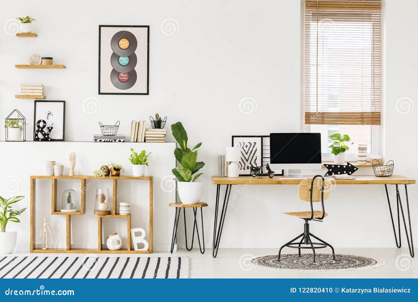 Hipster, het witte binnenland van het huisbureau met natuurlijke, houten furnitu