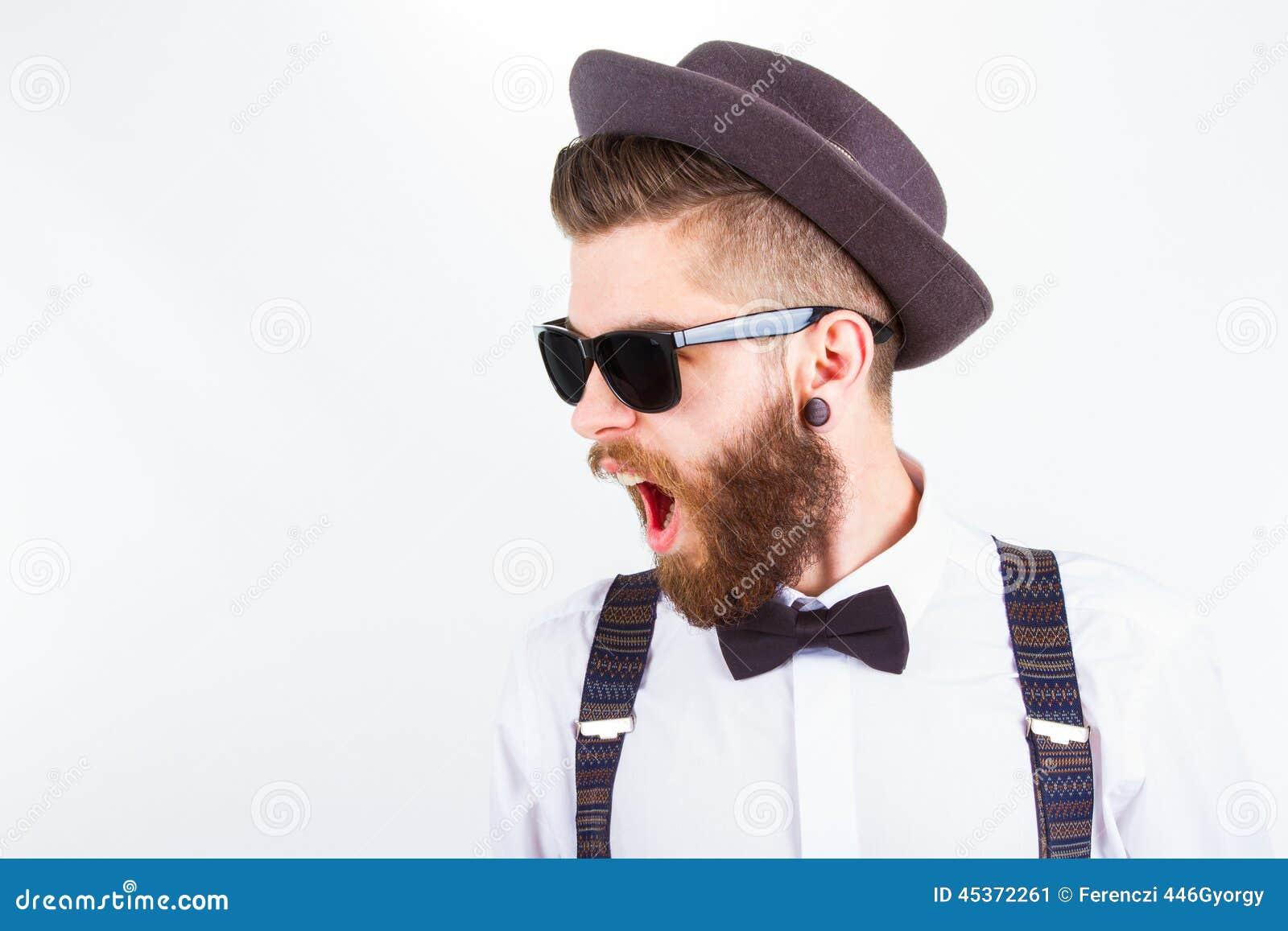 Hipster med hatten som gör roliga framsidor