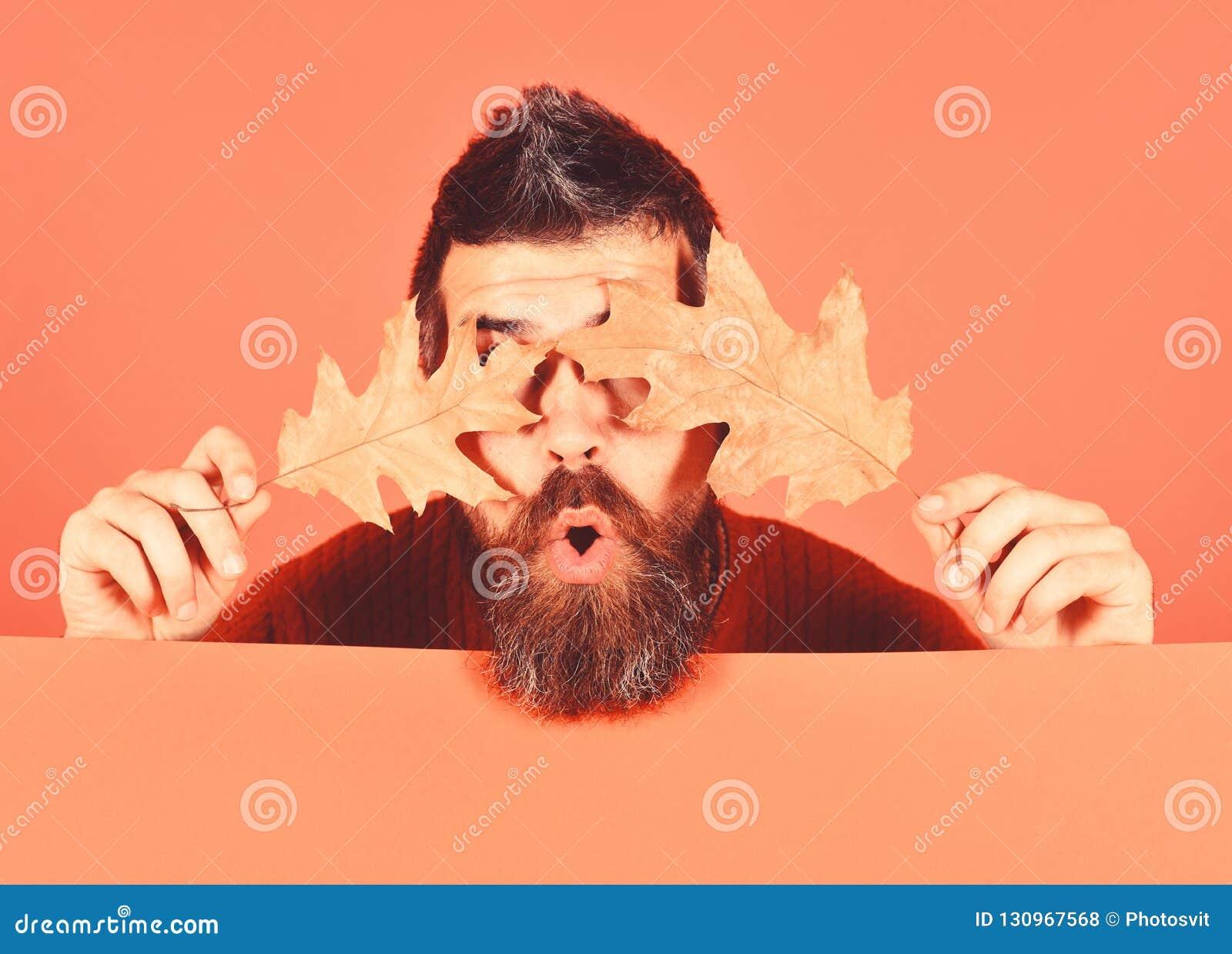 Hipster met baard en verrast verborgen gezicht