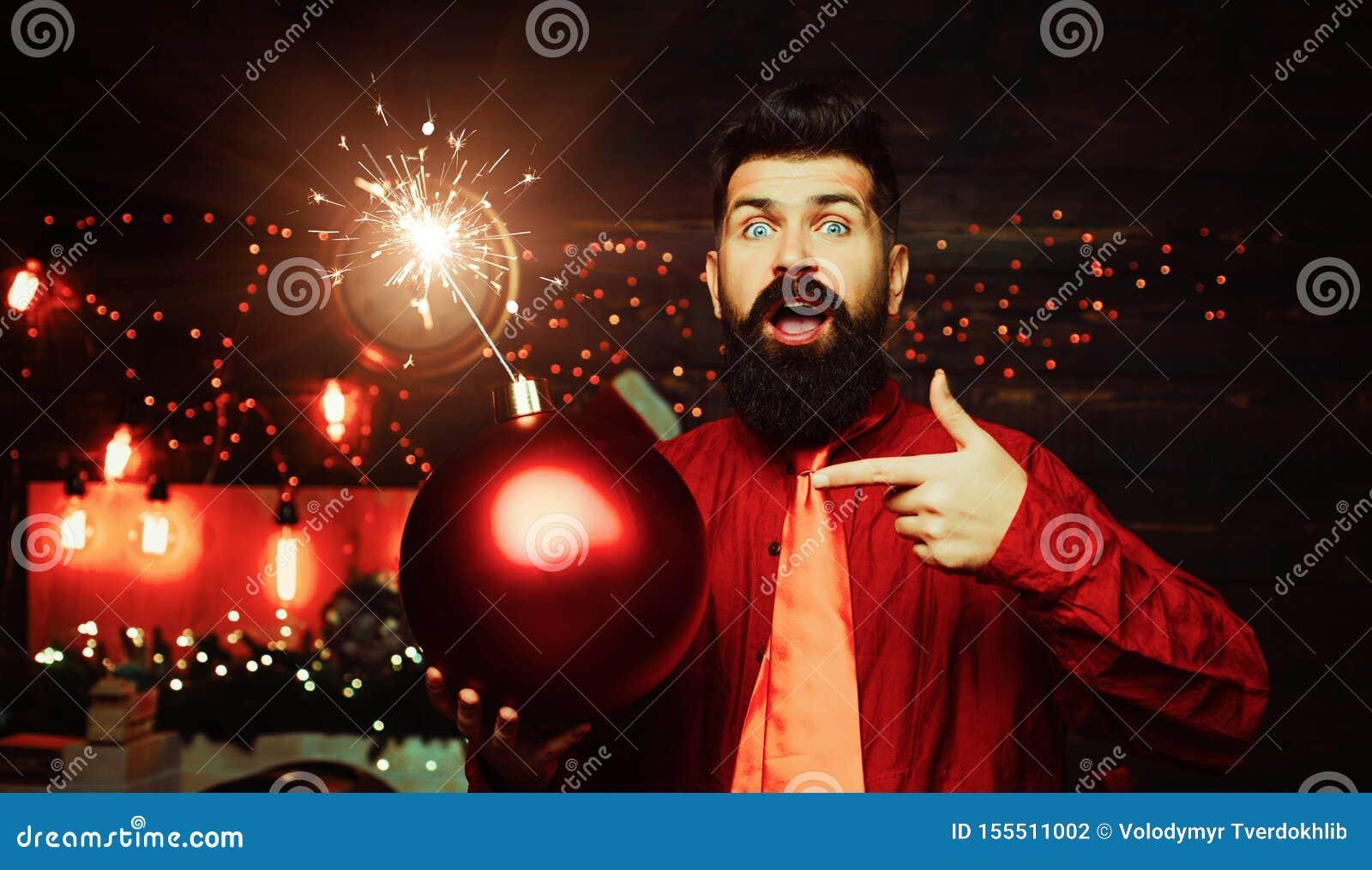 Hipster Santa Claus Kerstmismens in de greepbom van de manier rode kleding Creatieve boom Hipster Santa Claus