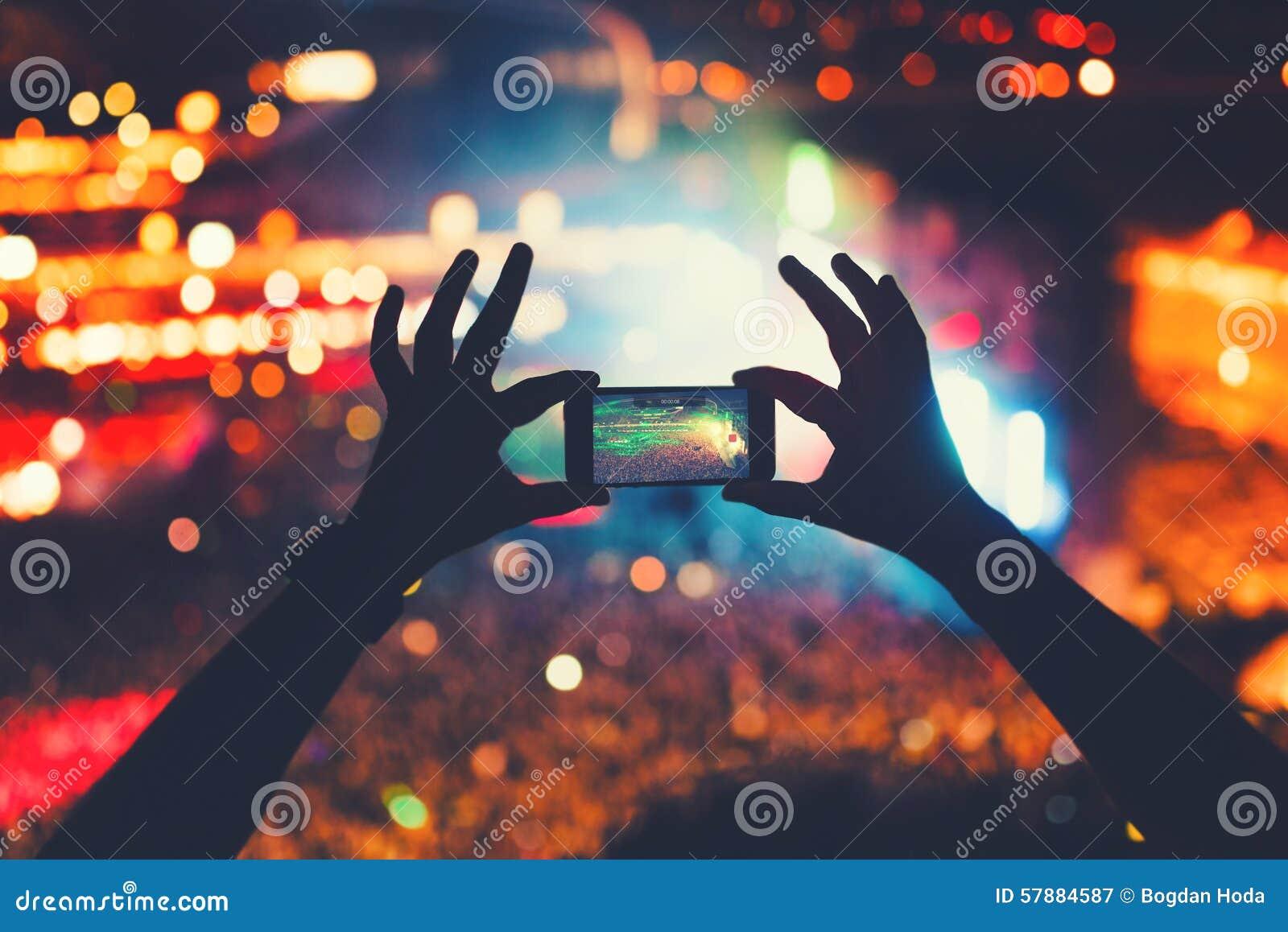 Hipster som tar foto och video på konserten Modern livsstil med smartphonen och partier