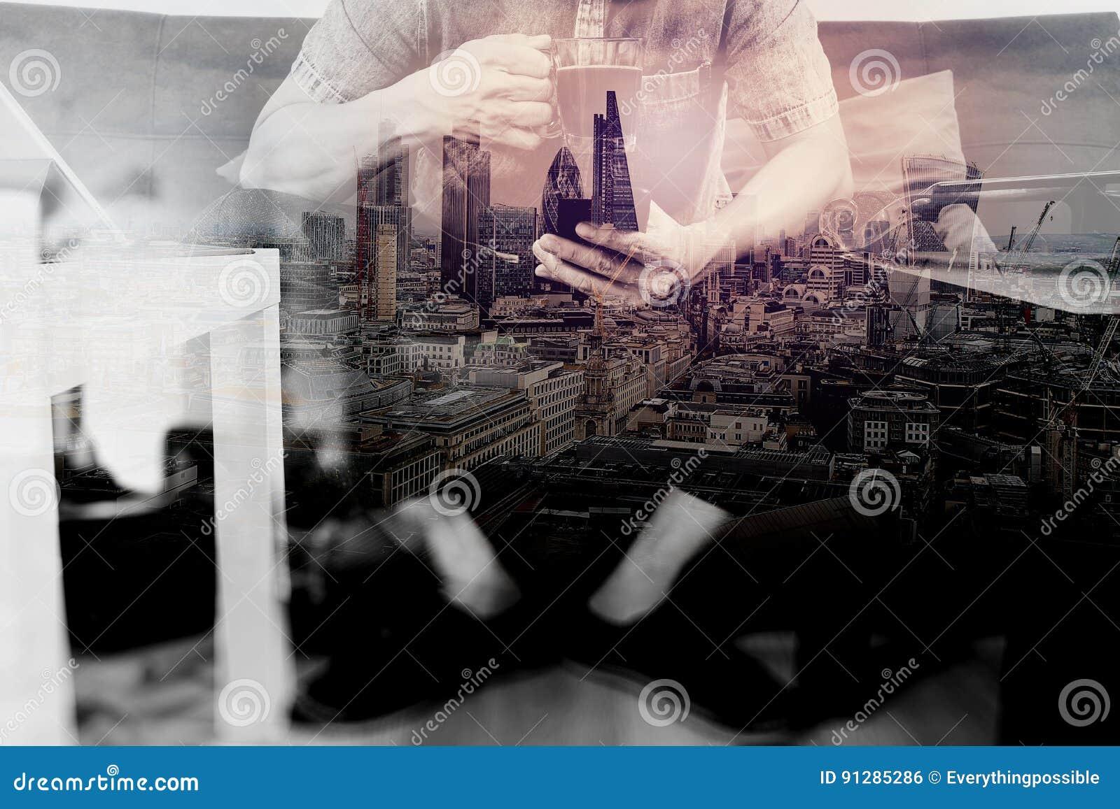 Hipsterhand genom att använda den smarta telefonen, digitalt minnestavlaanslutningstangentbord, c