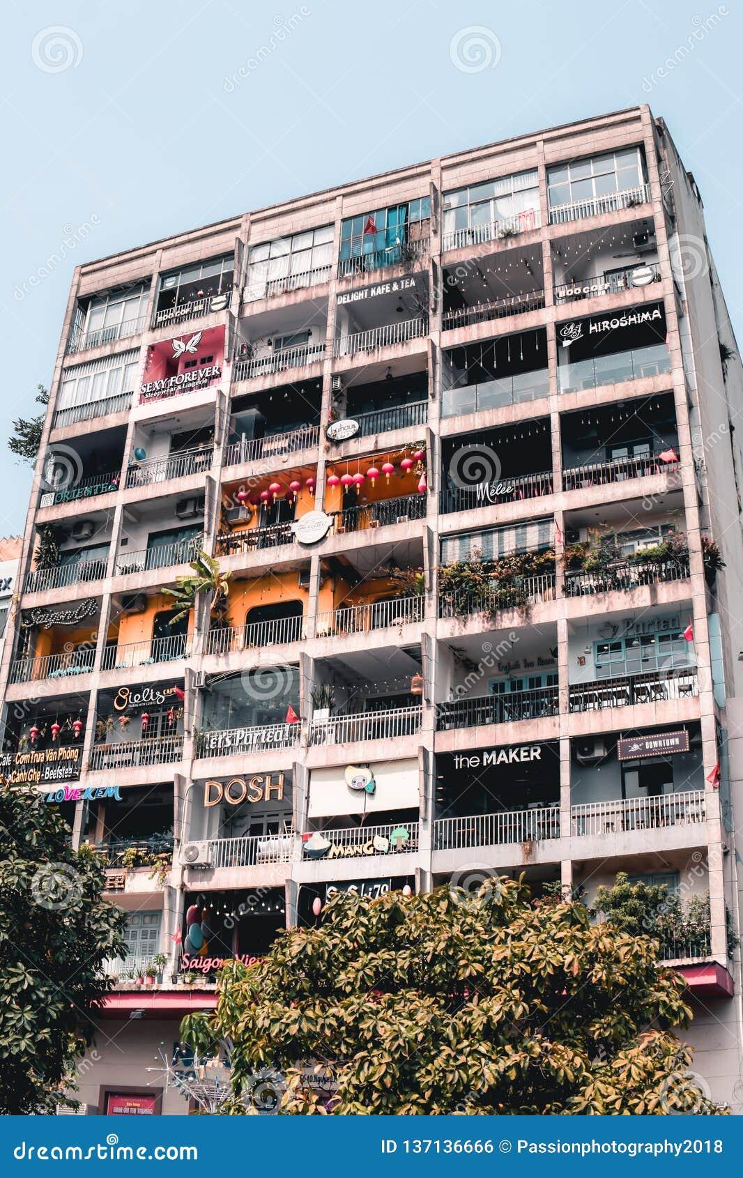 Hipsterkafébyggnad på Le Thanh Ton Street i Saigon Ho Chi Minh City