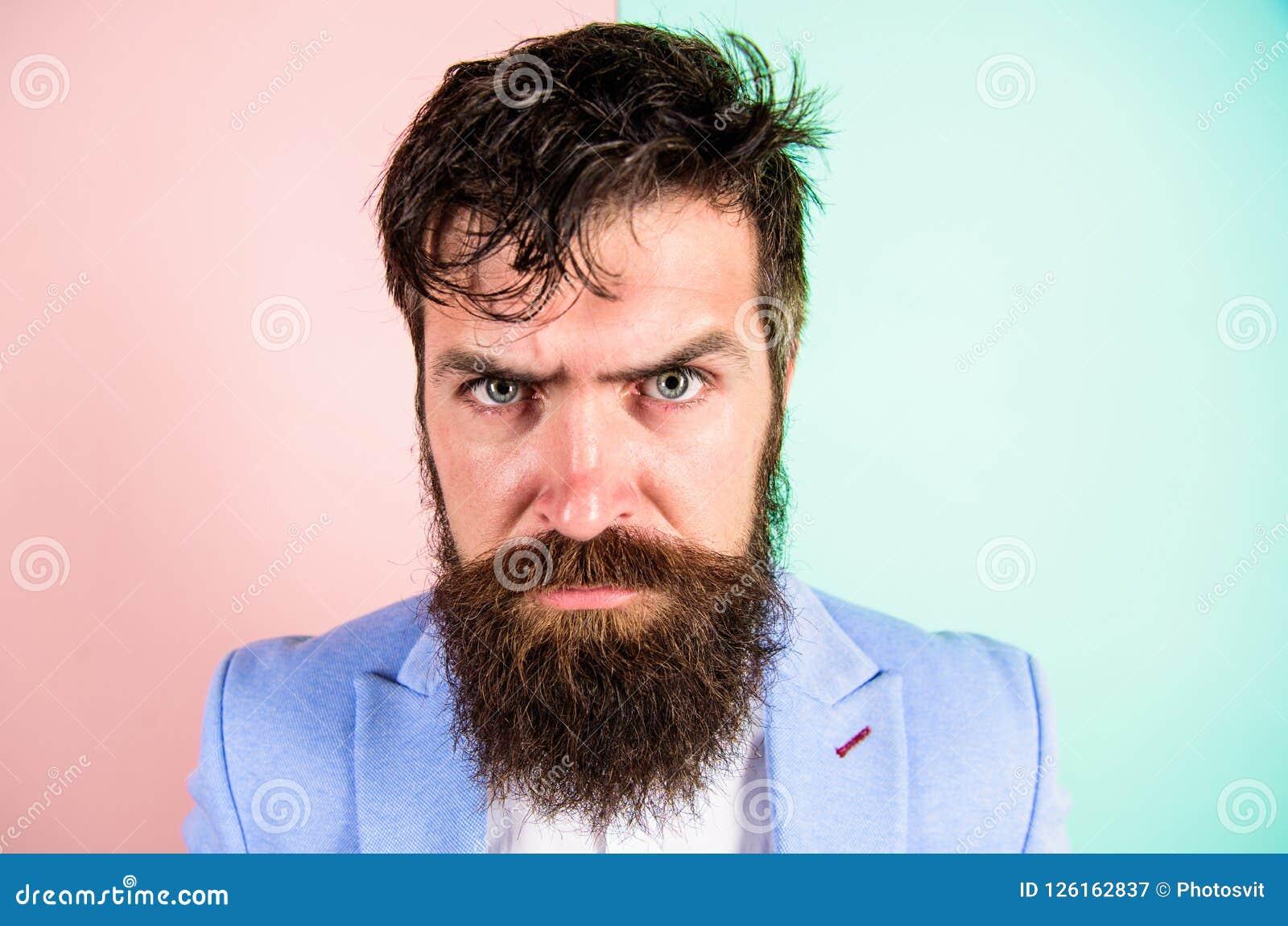Hipsterkerel met slordig slonzig haar en de lange de kappersdienst van baardbehoeften Houd haar en zorg over kapsel proper Mens
