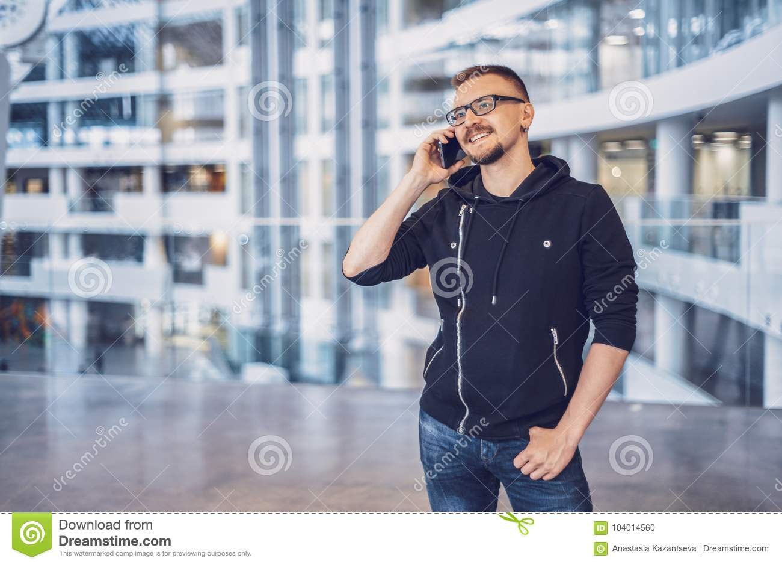Hipstermens die op de mobiele telefoon spreken